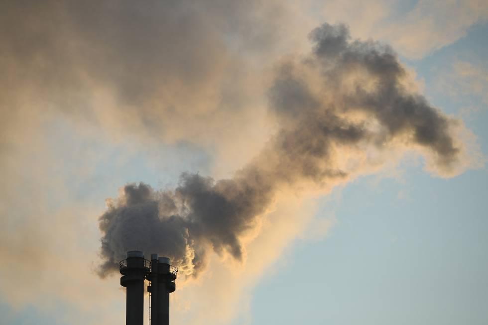 Emisión de gases desde la chimenea de una planta de energía y calefacción que quema gas natural en Berlín (Alemania).