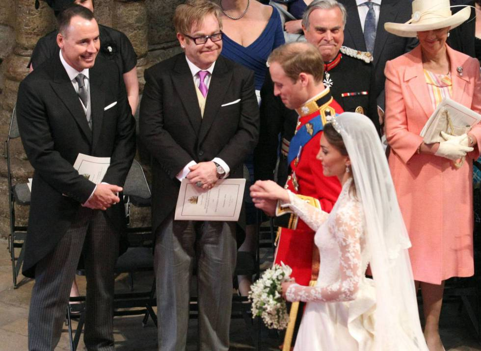 Elton John entre os convidados ao casamento do príncipe William e Kate Middleton em 2011.