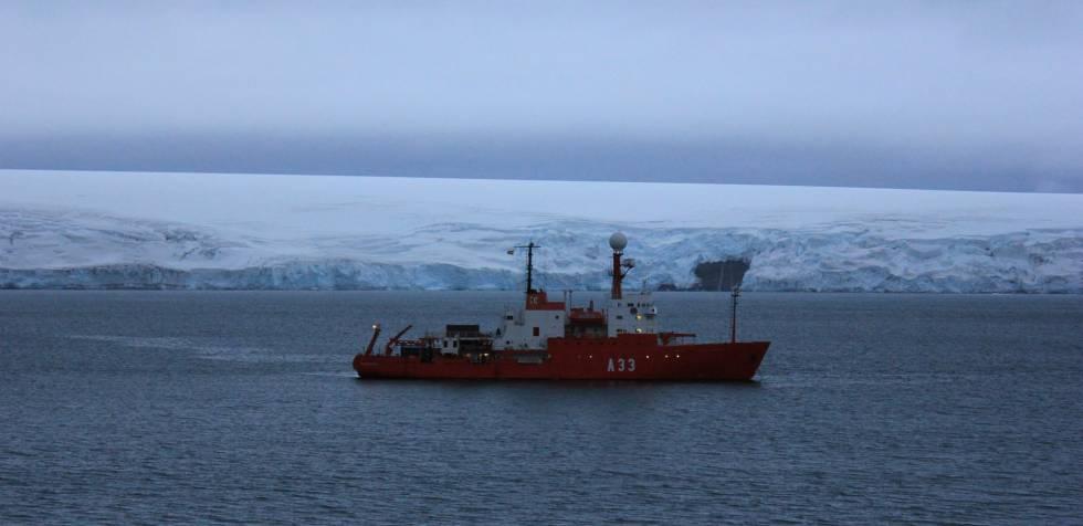 El Hespérides acercándose a la BAE Juan Carlos I, el viernes 2 de marzo a últimas horas de la tarde.