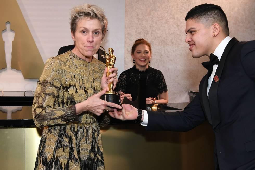 Francesc McDormand con su su hijo Pedro y el Oscar a mejor actriz.