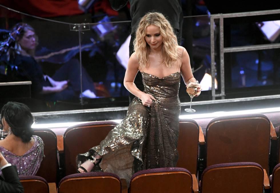 Tira el bolso, se agarra el vestido de Dior y comienza a sortear butacas con sus tacones.