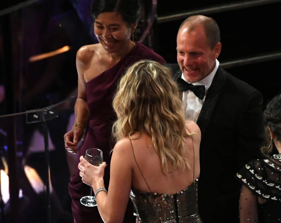 Woody Harrelson también recibe a la actriz con una sincera sonrisa.