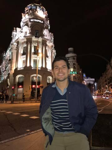 Alan Estrada, autor del videoblog Alan por el mundo, anoche en la Gran Vía madrileña