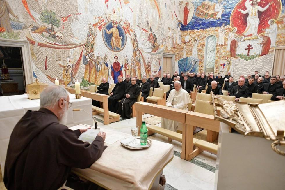 El papa Francisco, el pasado 2 de marzo, reza en un rito de cuaresma en las dependencias vaticanas.