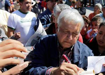 Video: Mexican politician Andrés Manuel López Obrador hit with eggs