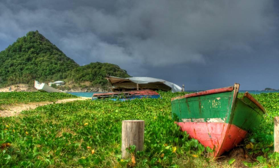 Restos de barcos destrozados por un huracán en el parque nacional de Levera, en la isla caribeña de Granada.