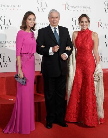 Tamara Falcó con su madre y Mario Vargas Llosa en el veinte aniversario del Teatro Real de Madrid.