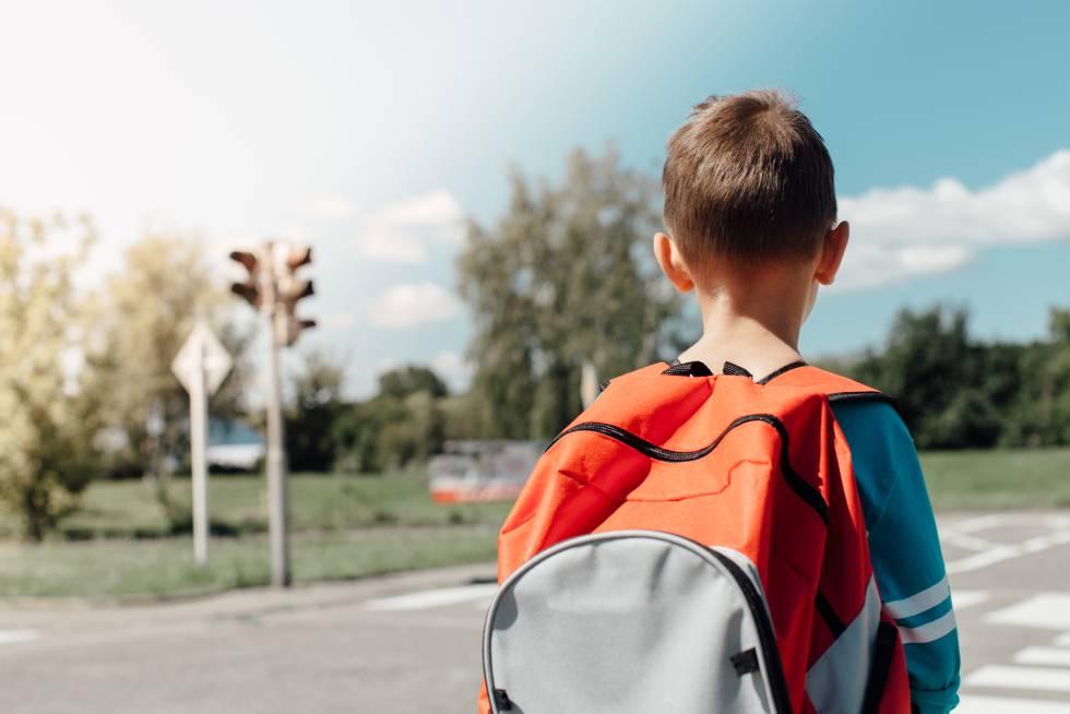 Un niño, a su regreso del colegio.
