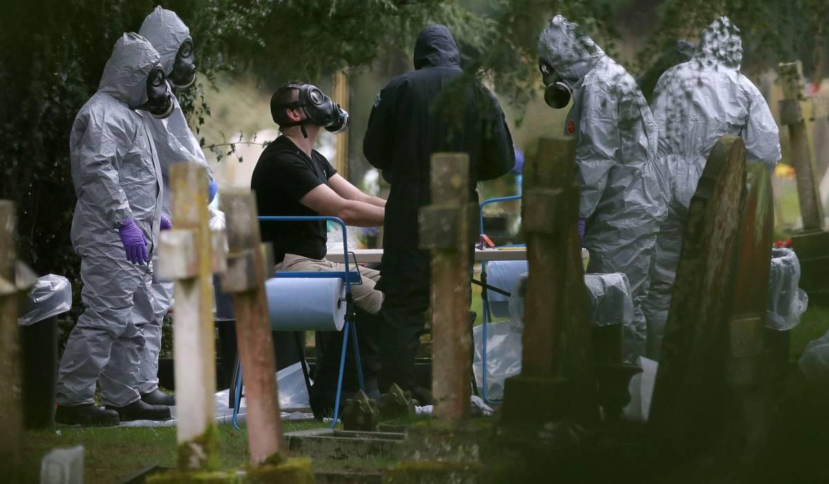 La policía examina un cementerio en Salisbury.