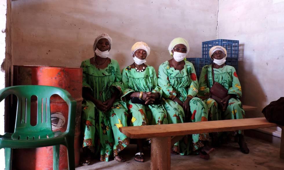 Cuatro mujeres de la cooperativa Socooprace, en su sede en Nkométou (Camerún).