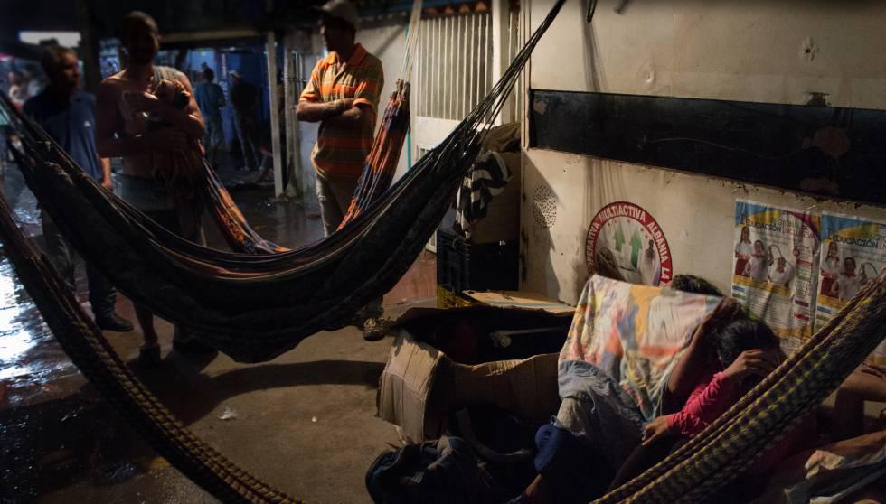 Migrantes venezolanos durmiendo en una calle de Colombia.