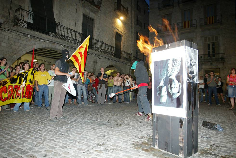 A photograph of the Spanish royals gets burnt in Girona in 2007.