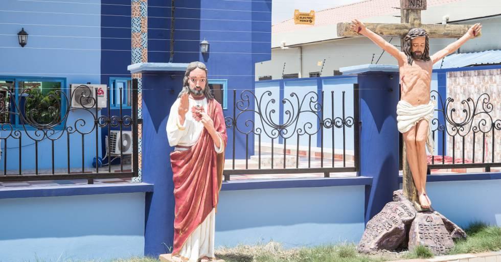 La entrada de la residencia de Obinim, en Accra.