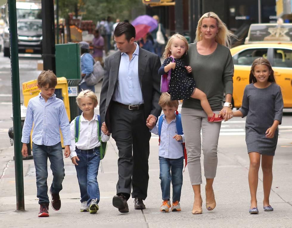 Donald Trump Jr. y Vanessa Trump junto a sus cinco hijos en 2016.