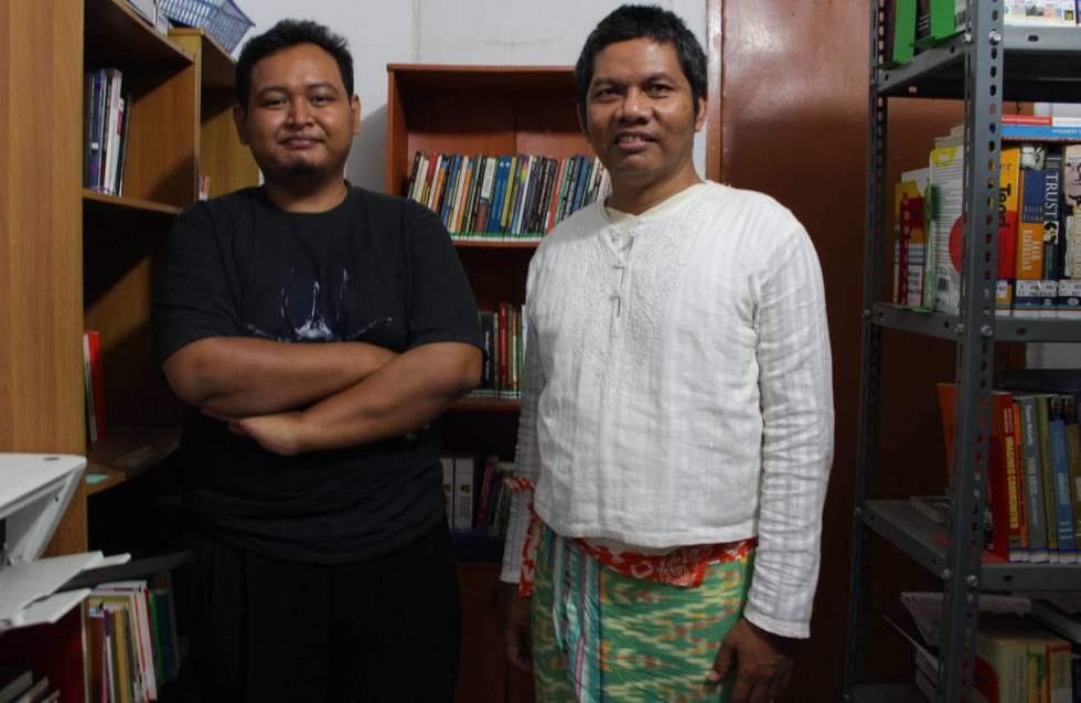 LGBT en Indonesia - El activista Hartoyo (derecha) junto a Teguh Iman (izquierda), gerente de programas de la organización Suara Kita. Foto de Ana Salvá