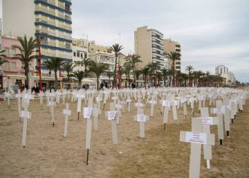 A temporary beach cemetery in Valencia, to mark 739 women killed