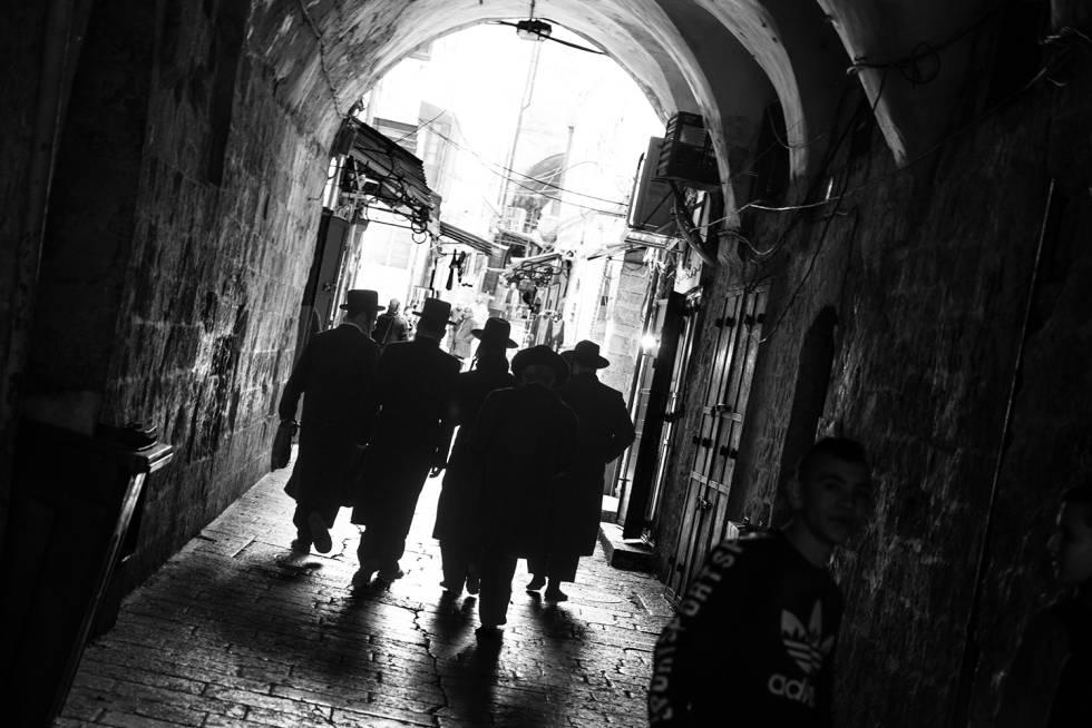 Judíos ortodoxos pasean por la Ciudad Vieja de Jerusalén. La urbe suma en torno a 900.000 habitantes.