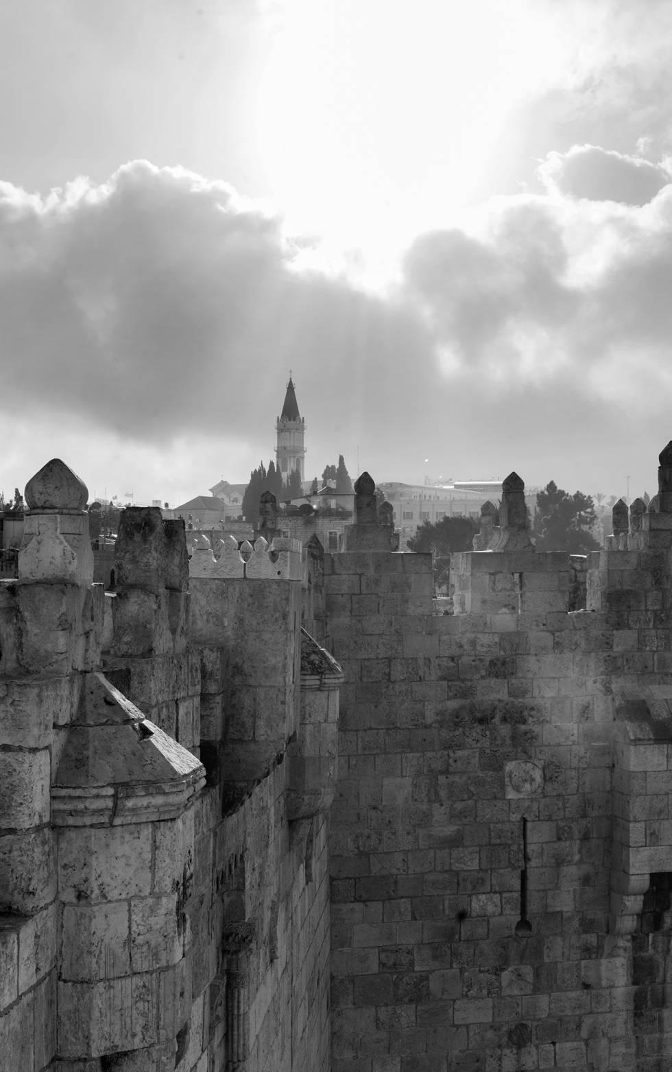 Panorámica de las murallas de la Ciudad Vieja de Jerusalén: una imagen emblemática para una urbe tan llena de historia y cultura como de problemas políticos.