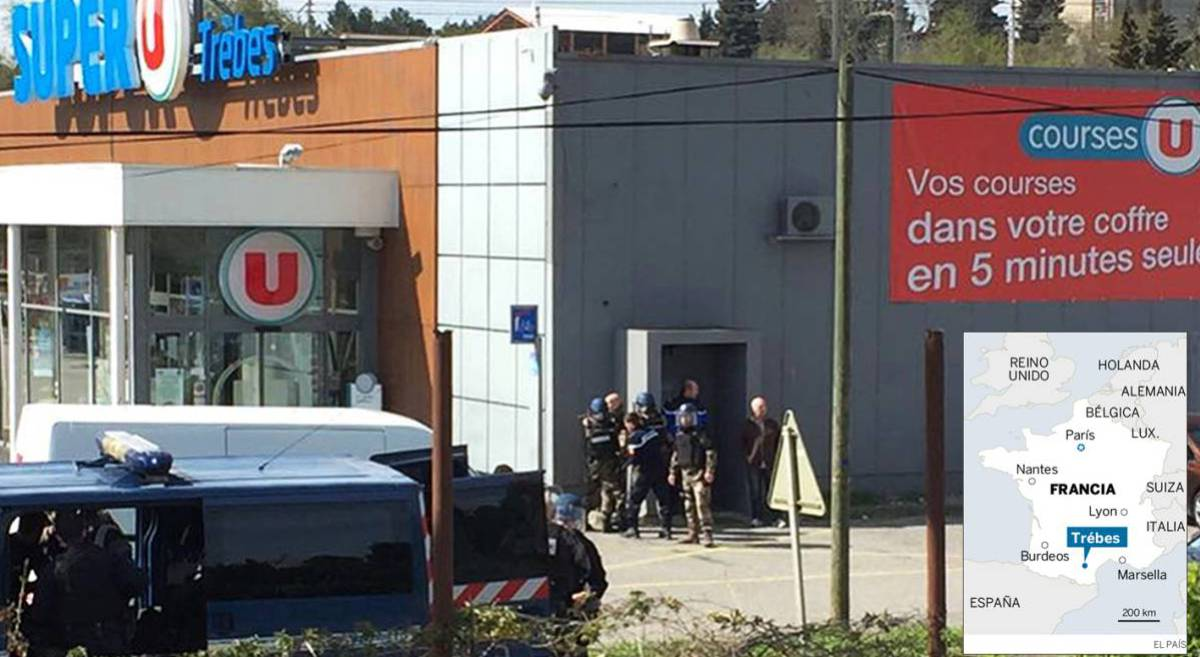 La policía en el exterior del supermercado.