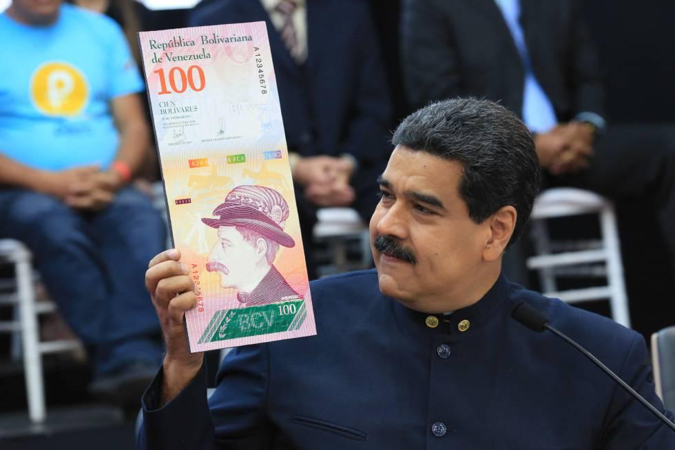 Maduro muestra una imagen de un billete tras ordenar la eliminación de tres ceros del bolívar.