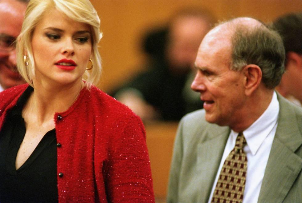 Anna Nicole Smith y su ex hijastro, Howard Marshall III, durante el juicio celebrado en el año 2000 en el que se disputaban la fortuna de J. Howard Marshall II.