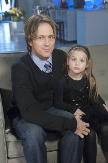 Larry Birkhead y Danielynn, hija de Anna Nicole Smith, durante una entrevista televisiva en 2013.