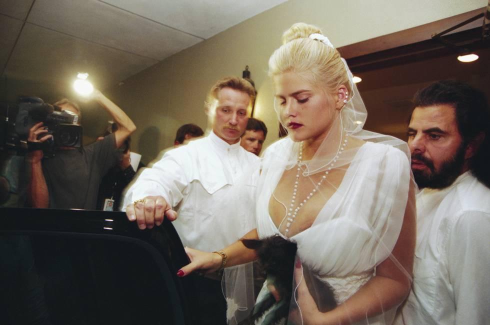 Anna Nicole Smith en el funeral de su marido, J. Howard Marshall, celebrado en Houston en agosto de 1995. La modelo se puso el mismo velo que cuando se casaron, ella con 26 años y él con 89.