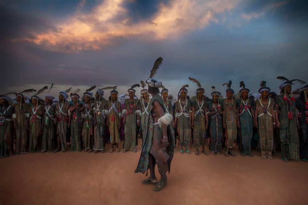 Hombres woodabe bailan durante la ceremonia del gerewol en Níger.