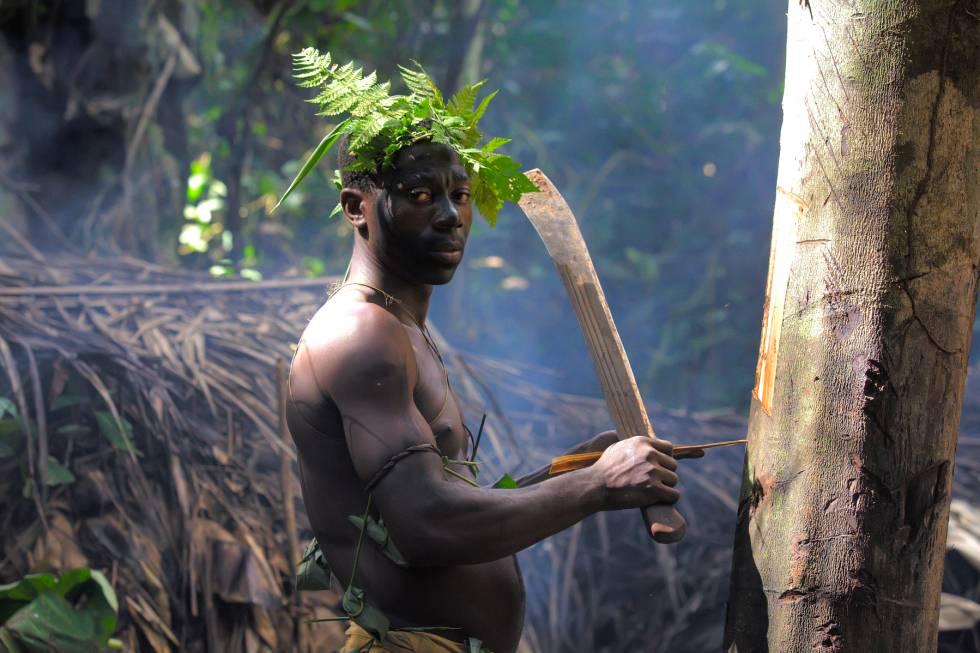 Un baka se prepara para una jornada de caza en la reserva de Dja, Camerún.