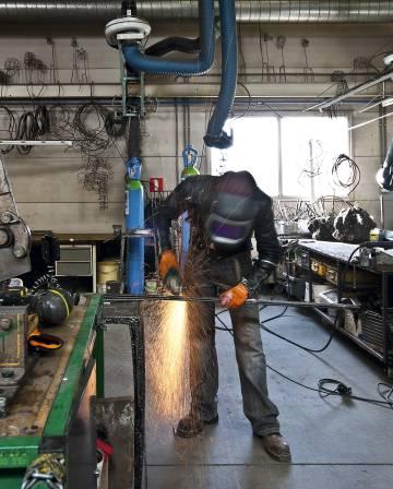 Nacho Carbonell en pleno proceso de fabricación en su taller de Eindhoven, donde realiza personalmente sus productos, todos, piezas únicas.