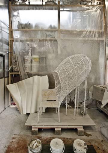 Una de sus imposibles sillas a punto de convertirse en algo (¿peligrosamente?) cercano a la fantasía.