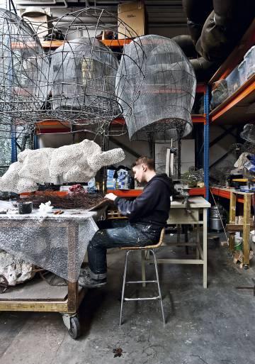 La lámpara Light Mesh producida a partir de un tejido en acero y 'gesso' (mezcla de tiza, yeso y pigmento).