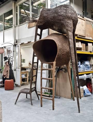 Uno de sus más famosos diseños, inspirado, como es habitual en él, en mundos imaginarios: la Tree Chair cuenta la historia de una silla con vocación de árbol.