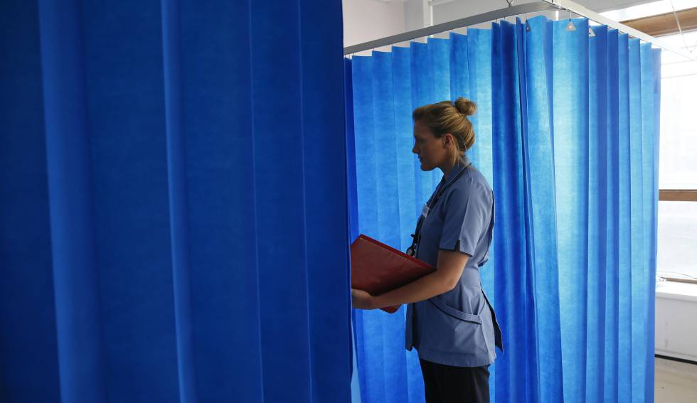 Imagen de archivo de una enfermera en un hospital del centro de Londres.