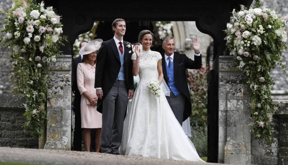 Imagen de la boda de Pippa Middlenton donde se puede ver a su suegro, David Matthews, justo detrás de ella saludando.AP