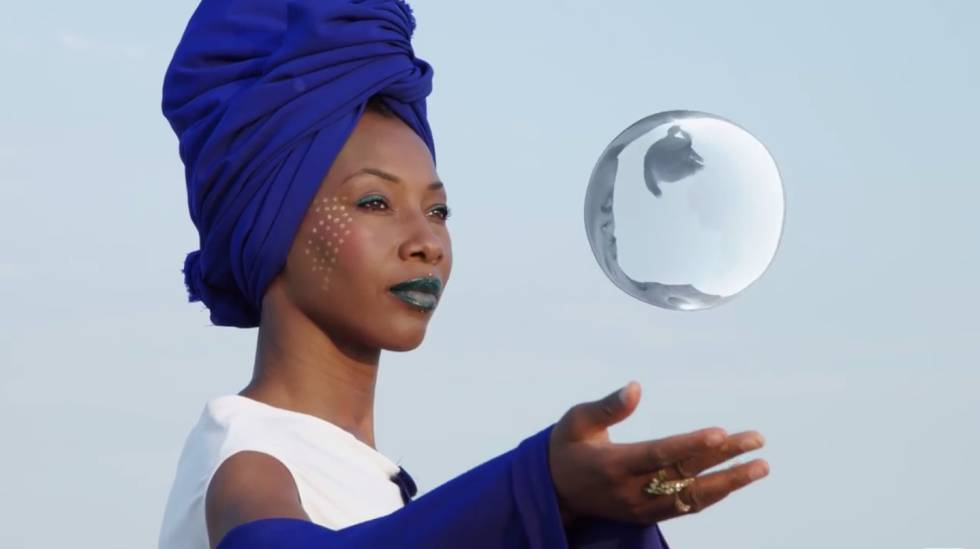Fatoumata Diawara cant al amigo distante.