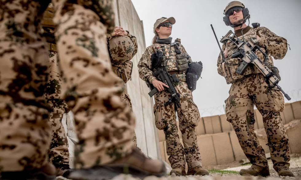 c092cf7ae5 Soldados alemanes durante una visita de la ministra de Defensa Ursula von  der Leyen a su