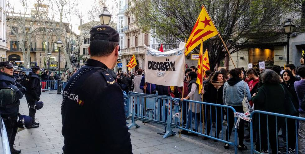 Manifestación en Palma frente a la Delegación del Gobierno para pedir la puesta en libertad de los políticos catalanes detenidos.
