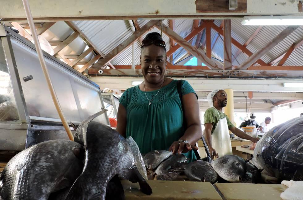 Vernall Nichols, presidenta de los trabajadores del mar barbadenses y caribeños, en el mercado de pescado de Bridgetown (Barbados).