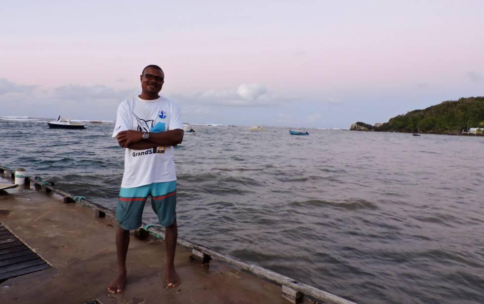 Alan Bradshaw, en el pantalán tras acabar su faena en la costa Este de Barbados.