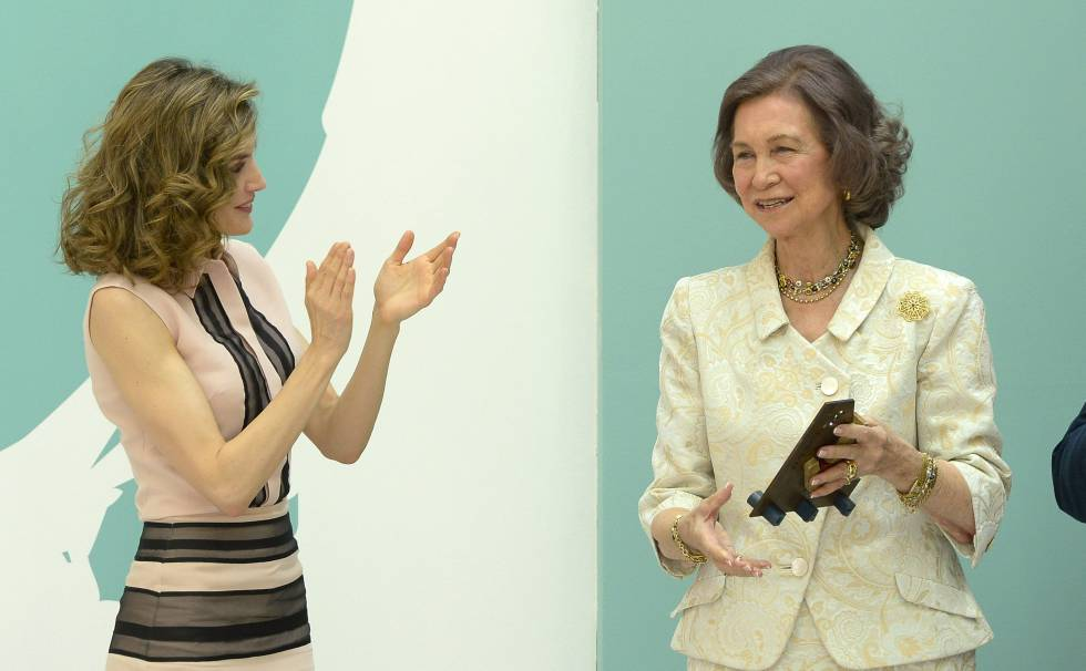 Queen Letizia applauds Sofía at an event in 2016.
