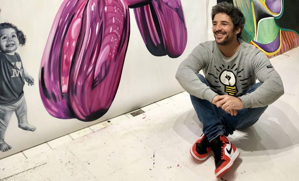 El artista mallorquín René Álvarez Mäkelä con algunas de sus obras.
