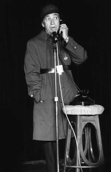 Un teléfono, un casco de soldado, un taburete... Gila haciendo humor de 'su guerra' en 1983.