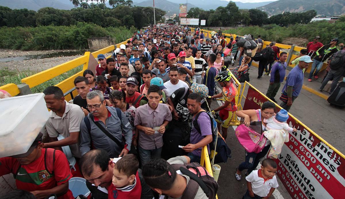 Cientos de venezolanos en el puente Simón Bolívar para cruzar hacia Colombia en febrero.