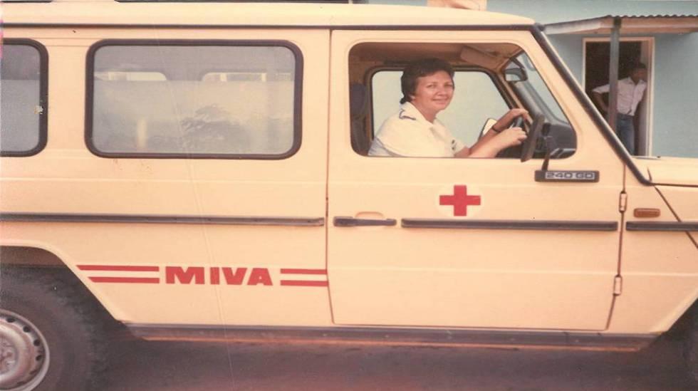 Pilar Cacho, conduciendo la ambulancia del Hospital de Nembudziya, Zimbabue, años 80.