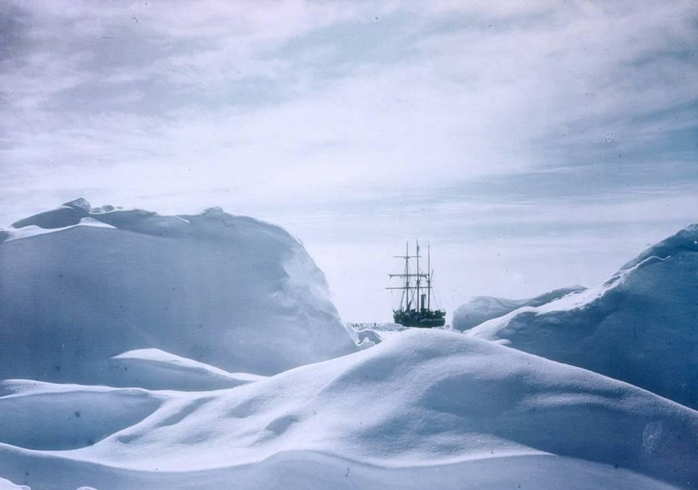 El barco 'Endurance' atrapado en el hielo durante su mítico viaje de expedición a la Antártida.