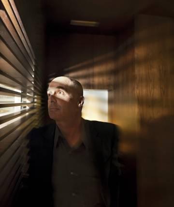 Don Winslow, retratado para ICON, observa los rayos de sol a través de la persiana, lo que es raro para un escritor acostumbrado a las oscuridades del alma humana.