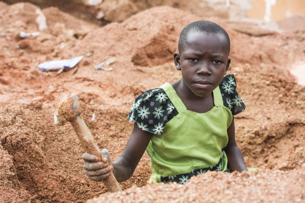 Una niña trabajadora en Tanzania.