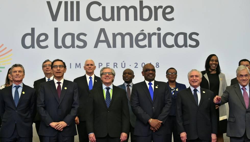 Varios mandatarios posan en foto familiar en la Octava Cumbre de las Américas en Lima, el 14 de abril 2018.
