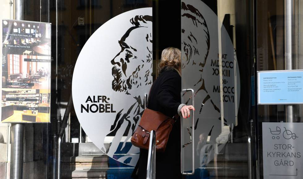 Una mujer abre la puerta del Museo Alfred Nobel en Estocolmo, Suecia.